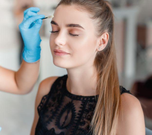 Коррекция бровей мастерами студии салона красоты